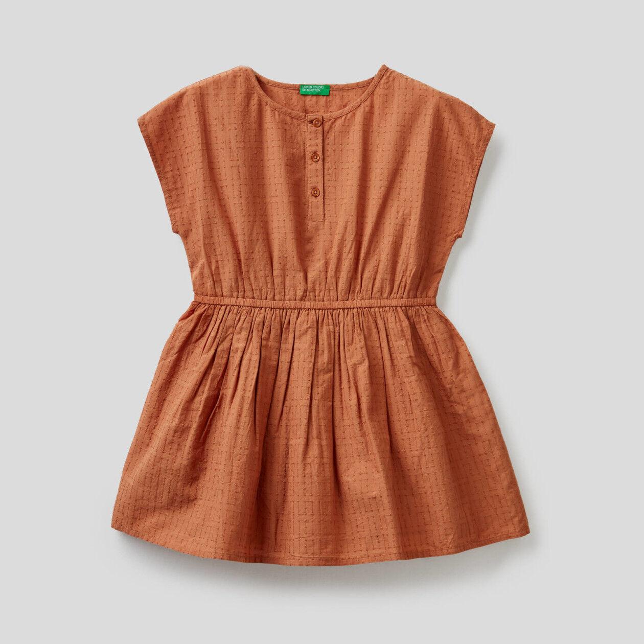Besticktes Kleid aus reiner Baumwolle