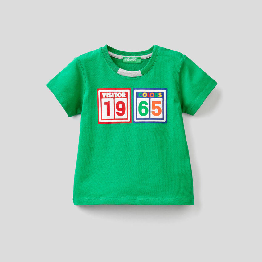 T-Shirt aus 100% Baumwolle mit buntem Print