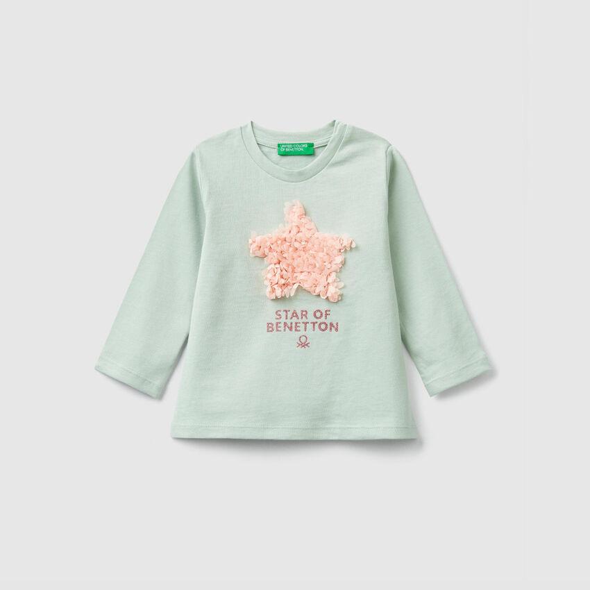T-Shirt mit Print und Blütenblättern
