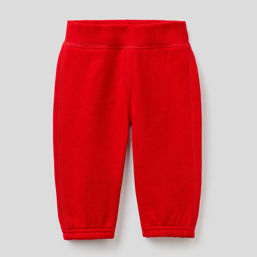 Pantalon en molleton avec broderie à l'arrière