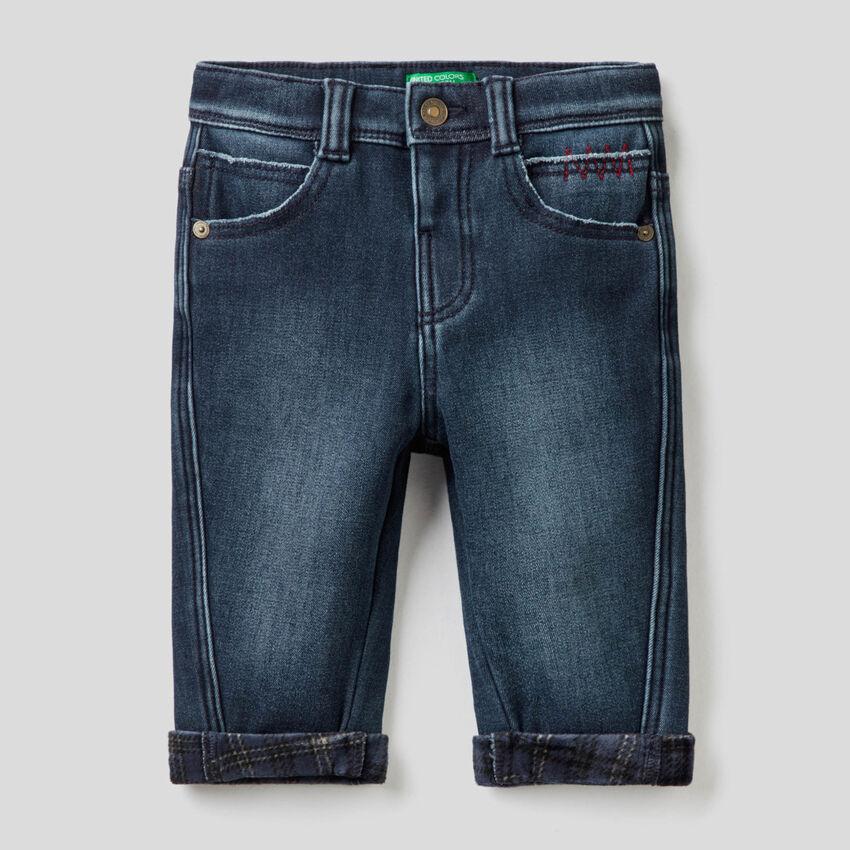 Carrot-Fit-Jeans mit Details in einer Kontrastfarbe
