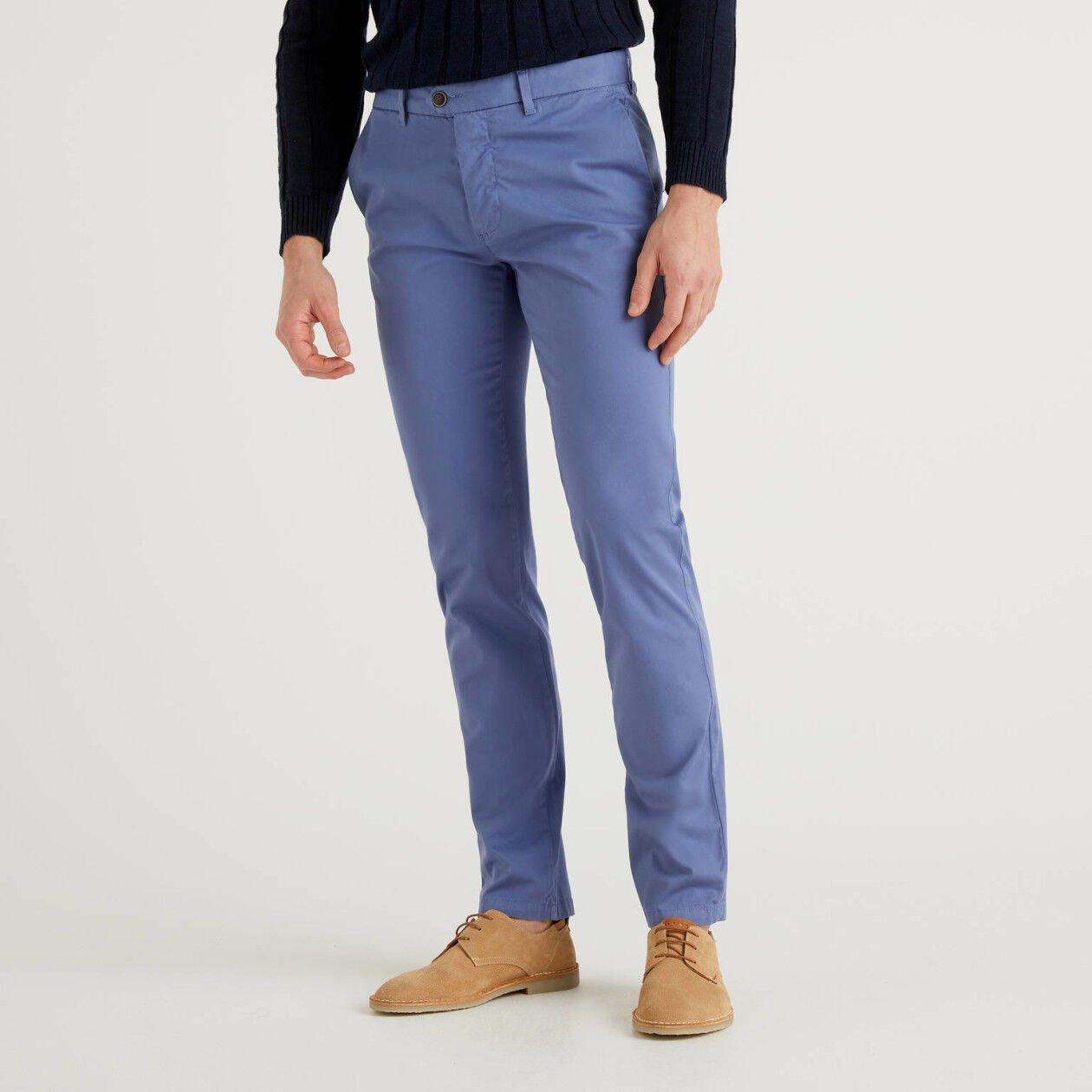 Pastellblaue, stretchige Chinos im Slim Fit