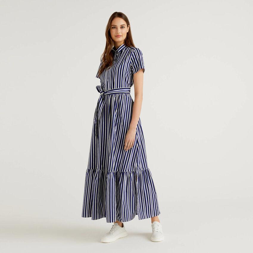 Gestreiftes langes Kleid mit Volant am Unterrand