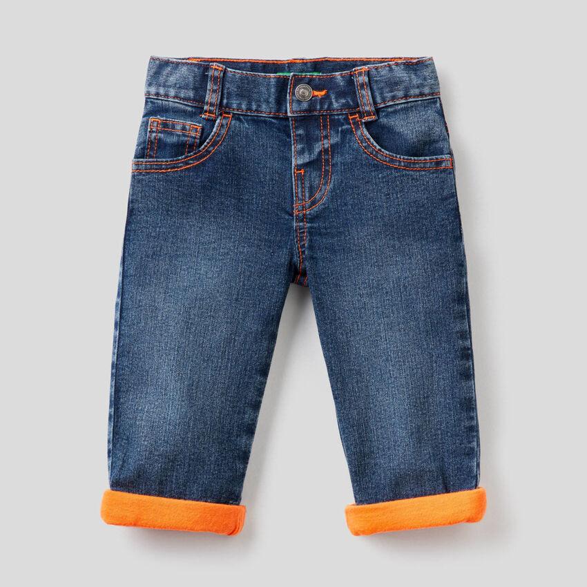 Jeans mit Neon-Details