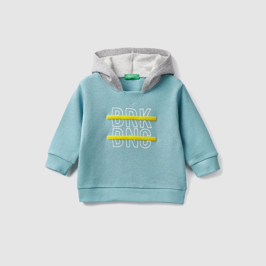 Geschlossenes Sweatshirt mit Kapuze