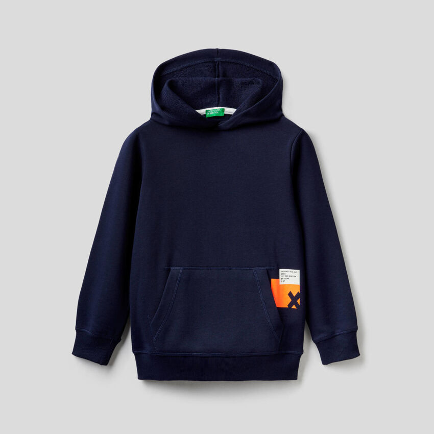 Dunkelblaues Sweatshirt mit Kapuze