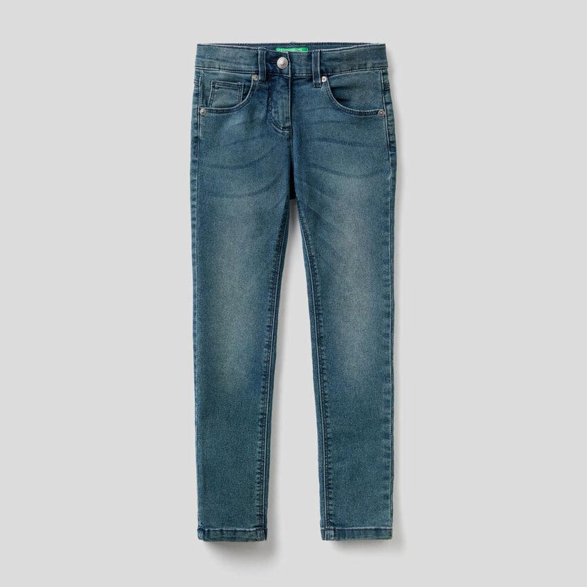 Jeans coupe skinny à l'aspect usé
