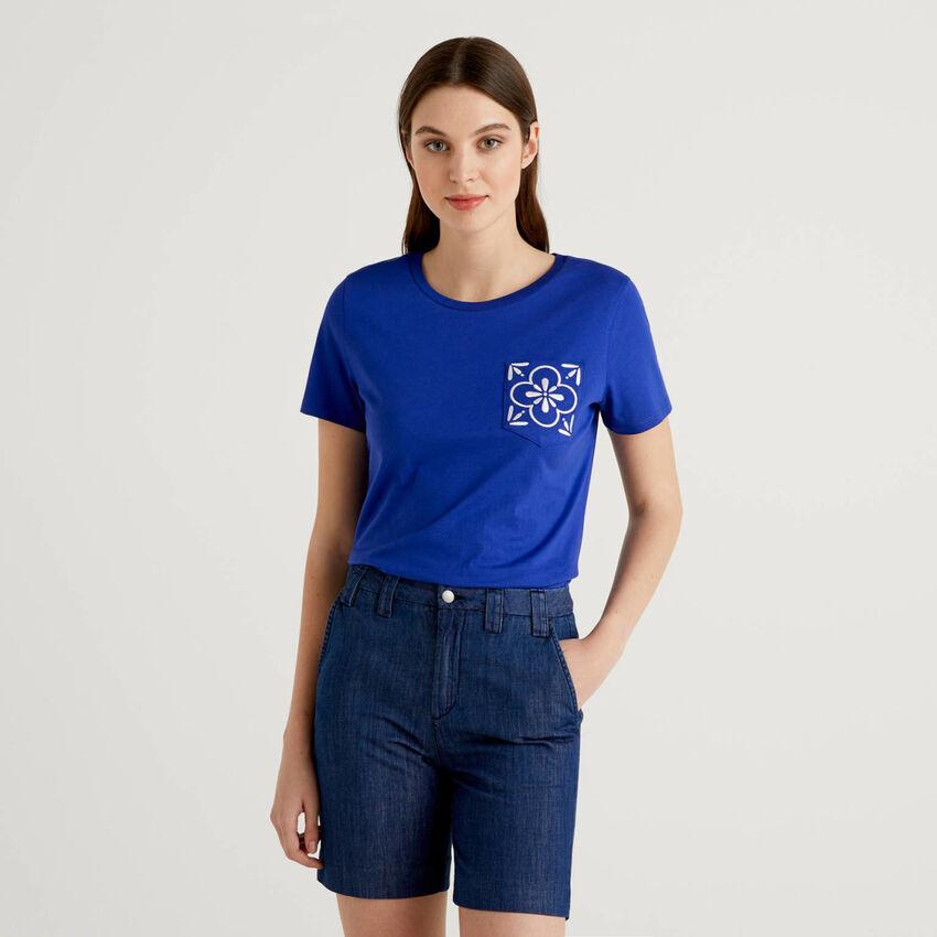 T-Shirt mit bestickter Tasche