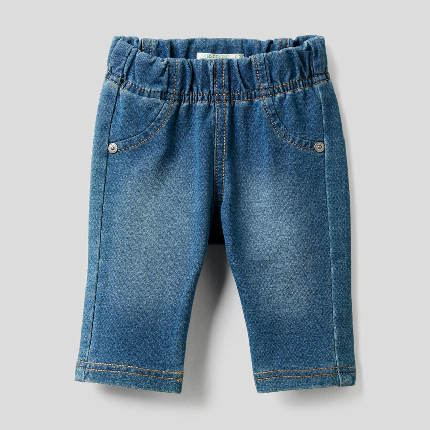 Pantalon effet denim avec imprimé