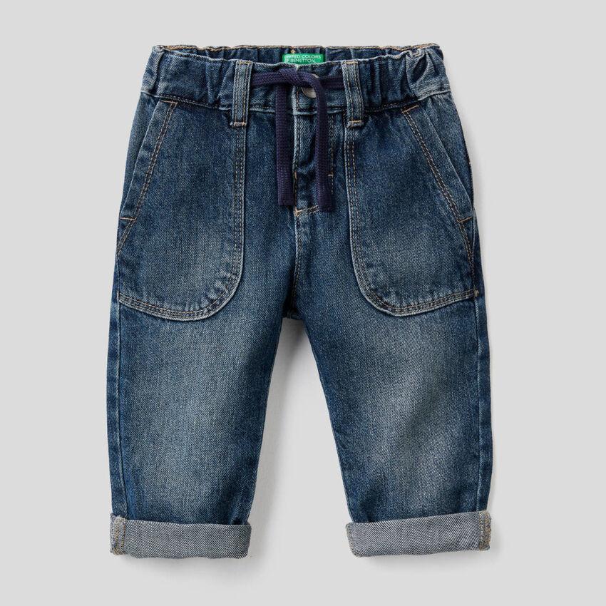 Jeans aus 100% Baumwolle mit Maxi-Taschen